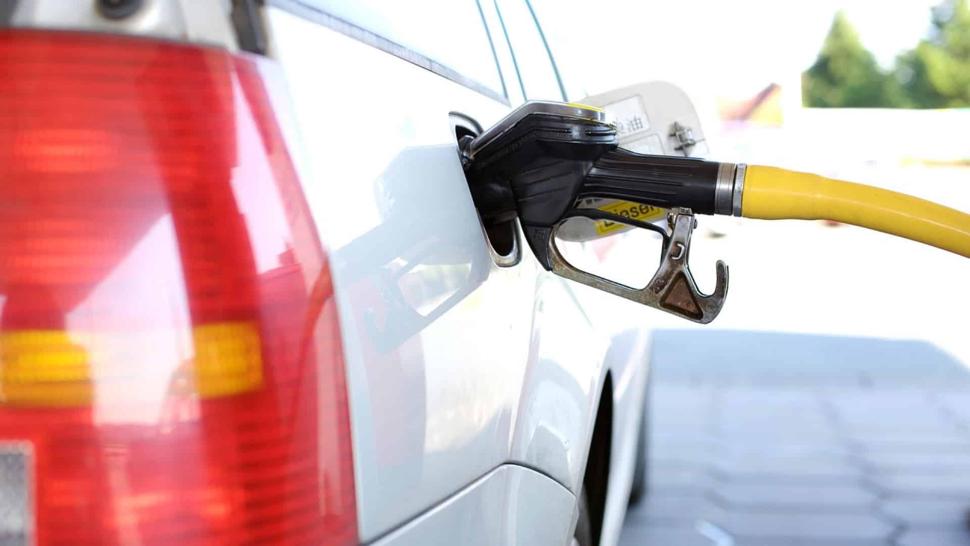 Qu'est-ce qui explique la hausse du prix du carburant en suisse ?